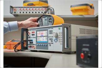 5322A 正在校准一个电气安全测试仪