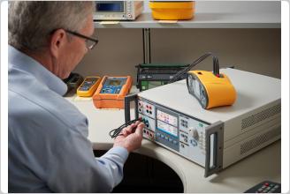 Fluke 5322A 正在校准一个电气安全测试仪